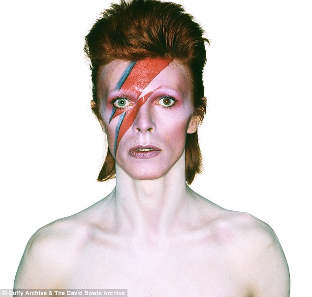 0D30A81300000514-3393470-Iconic_This_photograph_of_Bowie_in_character_for_the_album_Aladd-a-44_1452502027055